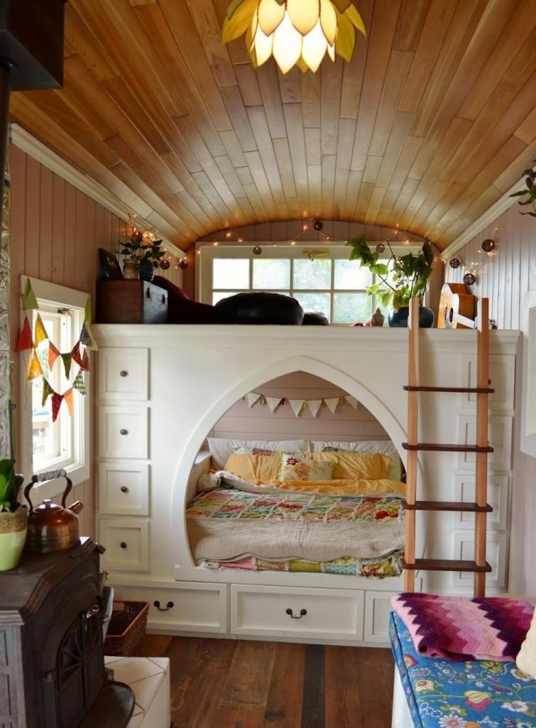 tiny house un couple construit sa maison de r ve dans un vieux bus scolaire bio la une. Black Bedroom Furniture Sets. Home Design Ideas