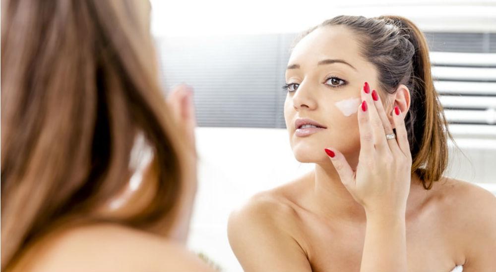 femme faisant un soin hydratant pour le visage