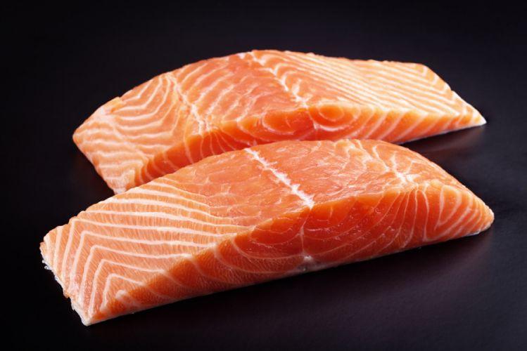 Pavés de saumon sur fond noir