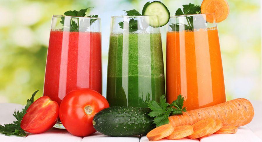 Jus de légumes posés sur une table