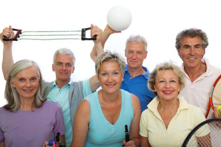 Groupe de six seniors tenant du matériel de sport