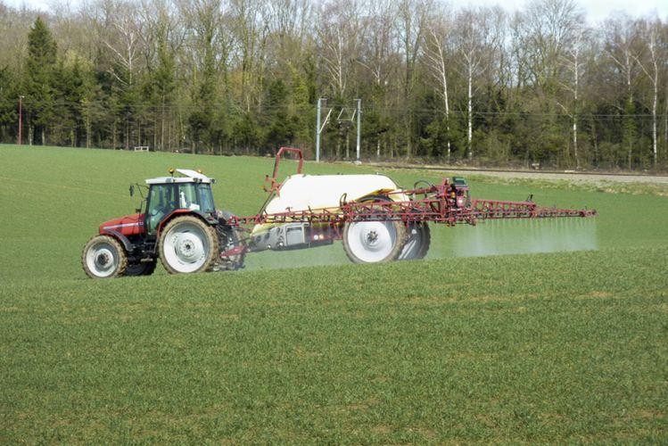 Tracteur répendant des pesticides sur un champ