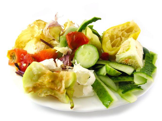 Assiette remplie d'épluchures et de restes de fruits et légumes