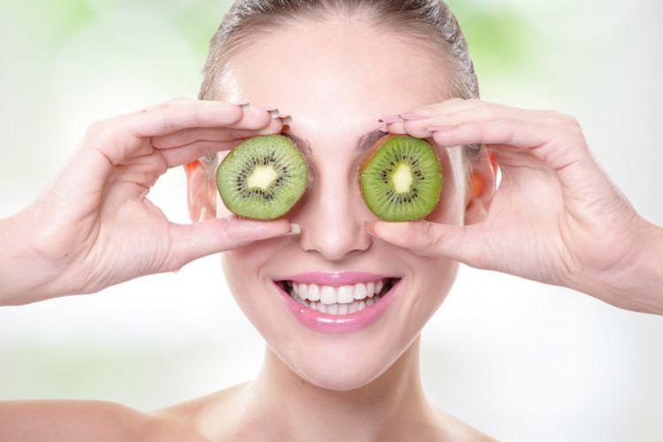 Femme cachant ses yeux pas un demi kiwi