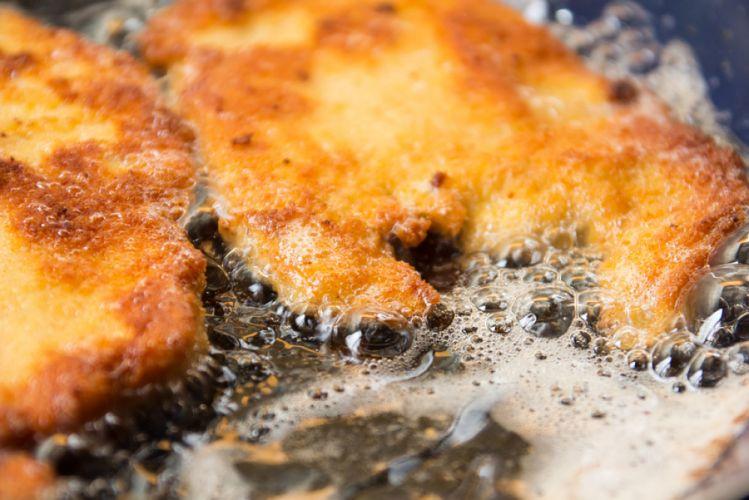 Escalopes panées en train de frire dans une poêle