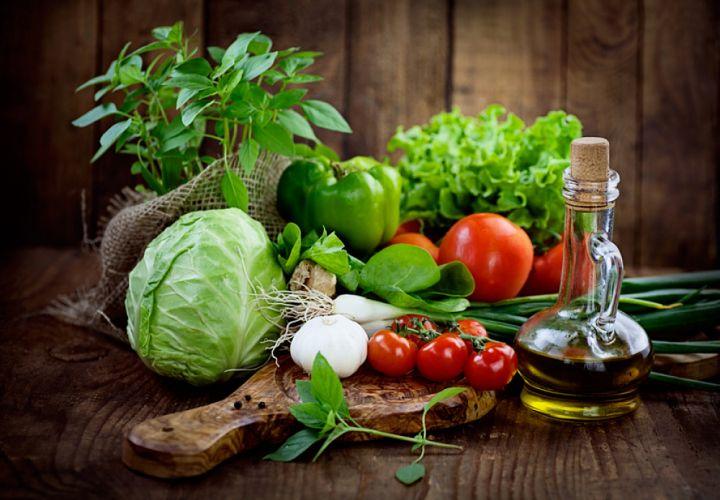 Assortiments de crudités et flacon d'huile d'olive