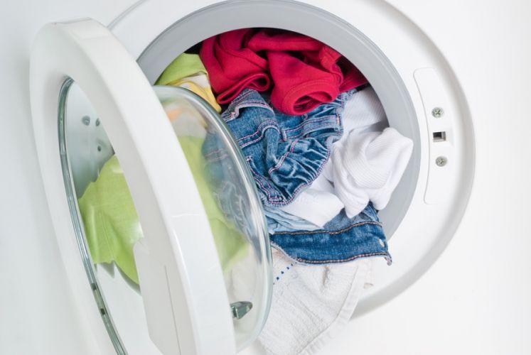 Tambour de machine à laver rempli de linge