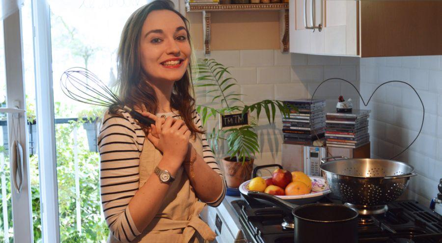 Charlotte-India MOORE en train de cuisiner