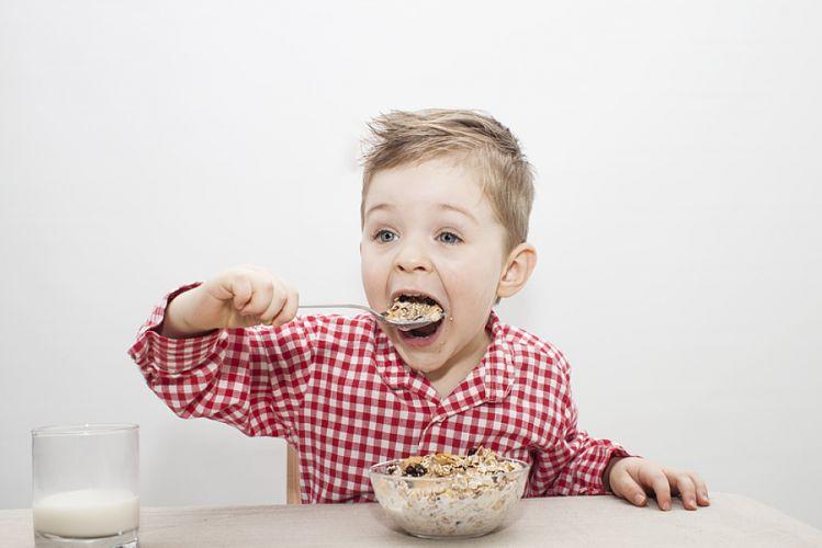 Petit garçon mangeant un bol céréales