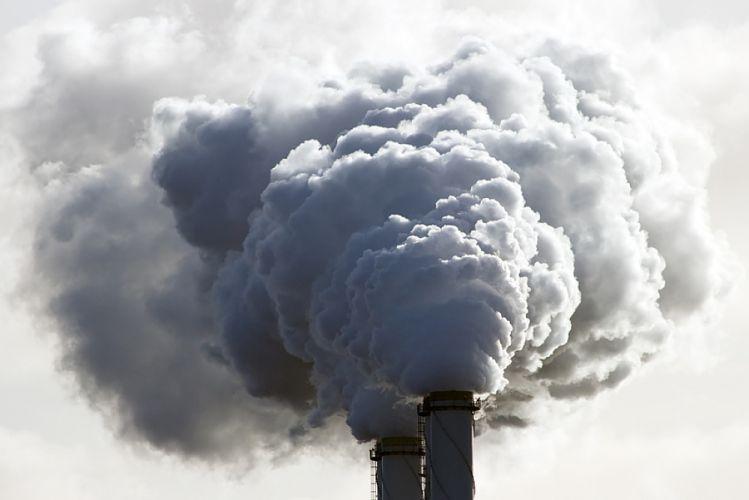 Épaisse fumée sortant de cheminées d'usine