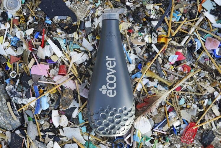 Bouteille Ecover au milieu d'un tas de déchets