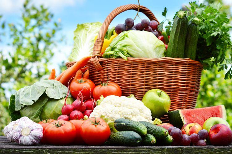 Panier rempli de fruits et légumes d'été
