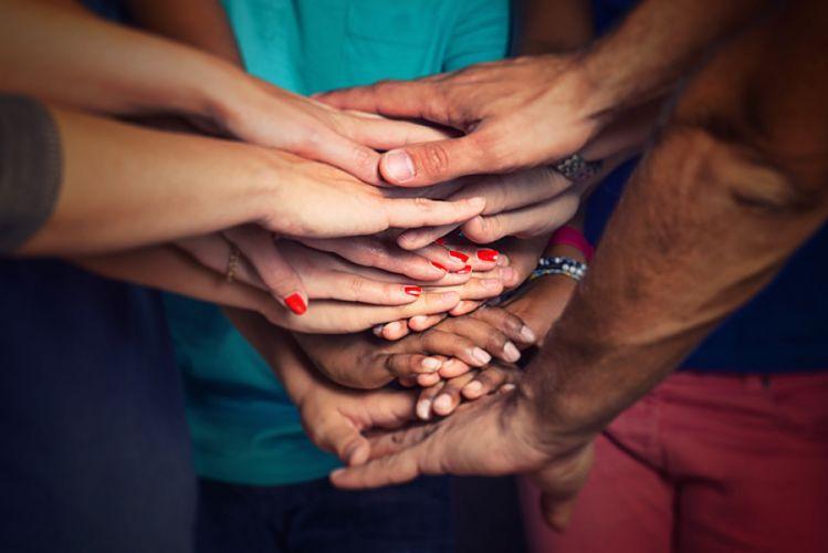 Personnes joignant leurs mains
