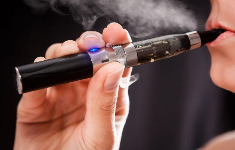 Homme fumant une cigarette électronique