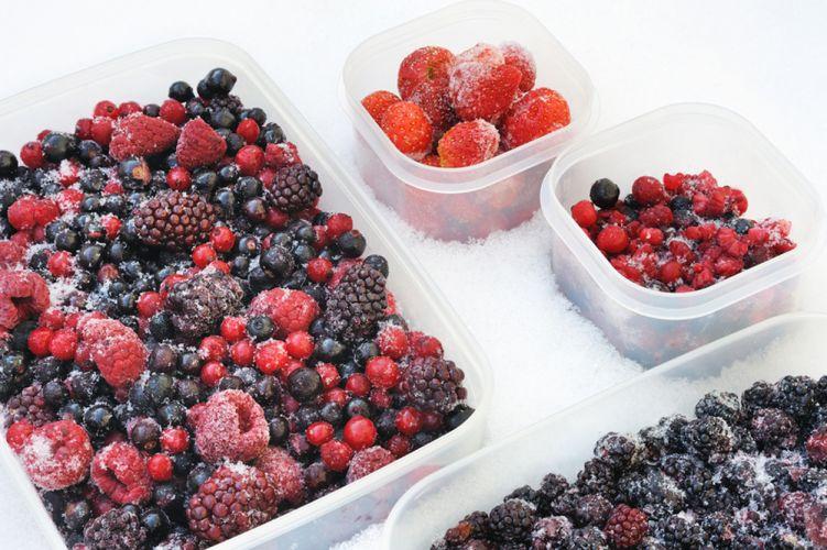 fruits rouges déposés dans des boites en plastique