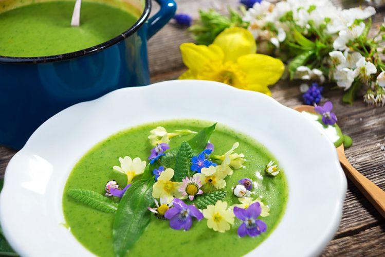 Soupe de légumes et fleurs comestibles