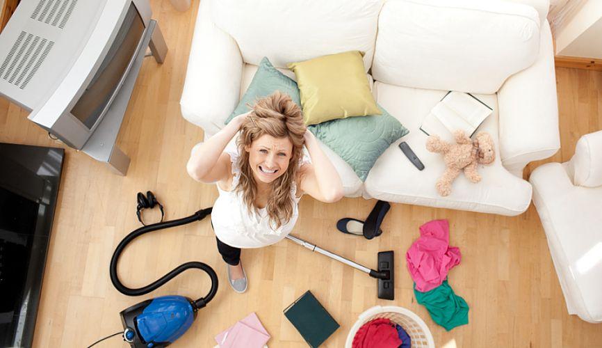 Jeune femme nerveuse débordée par son ménage