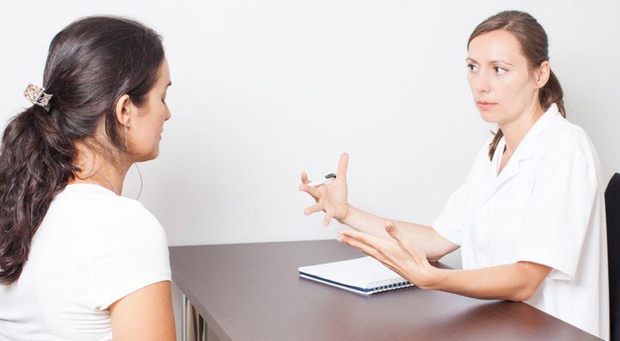Une médecin explique quelque chose à une patiente