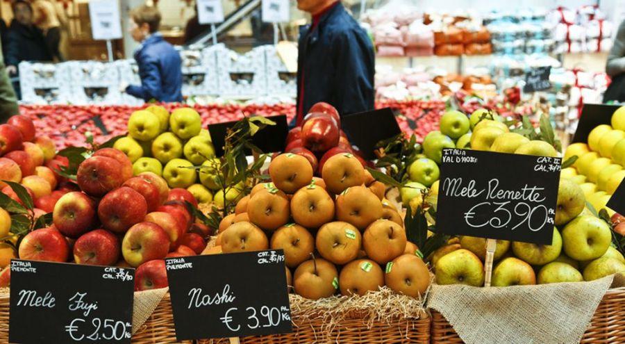 Etalages des pommes dans un marché