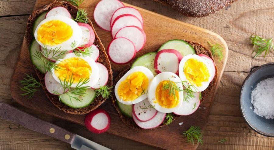 Tartines d'œufs et de légumes