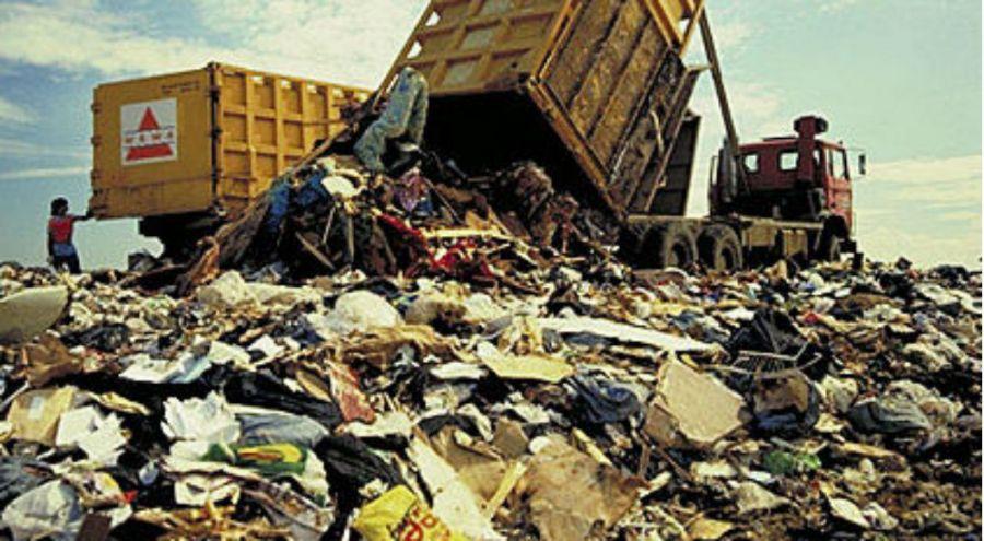 Déversement de déchets dans une décharge