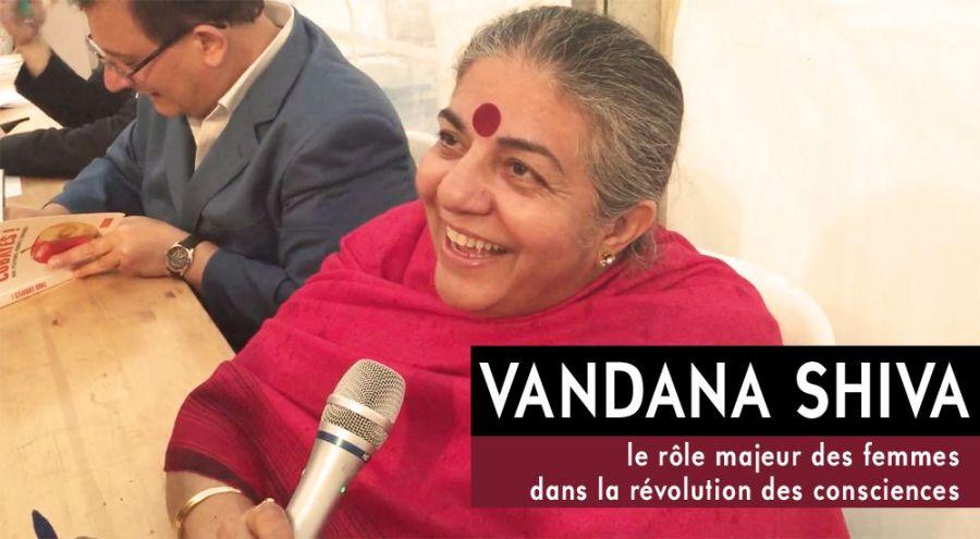 Vandana Shiva au micro de Bio à la Une le sourire aux lèvres