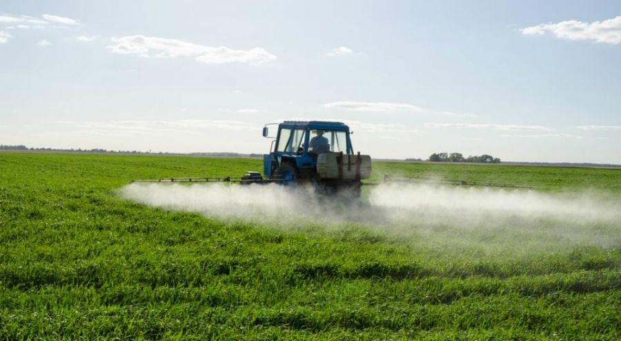 Épandage de pesticides dans un champ