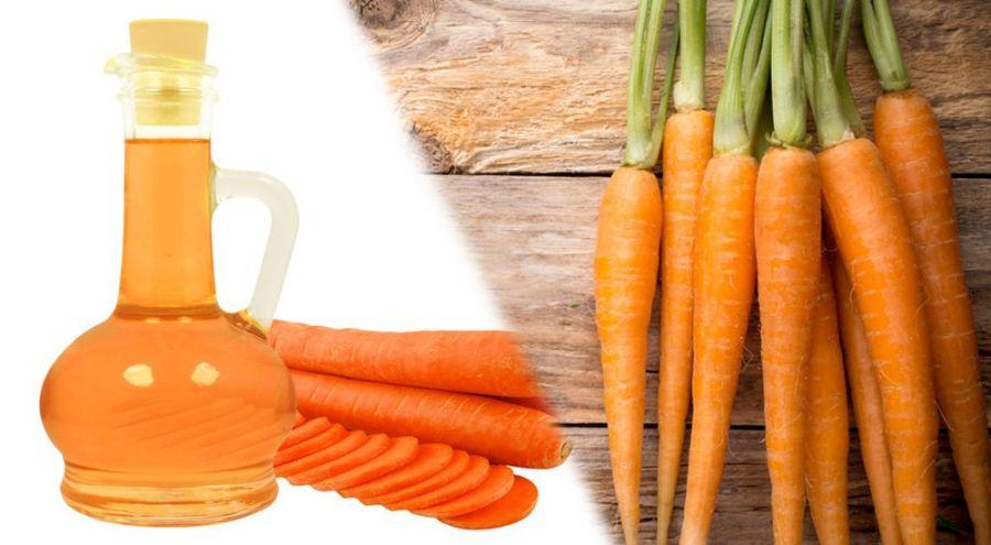 Huile de carotte et carottes posés sur table en bois