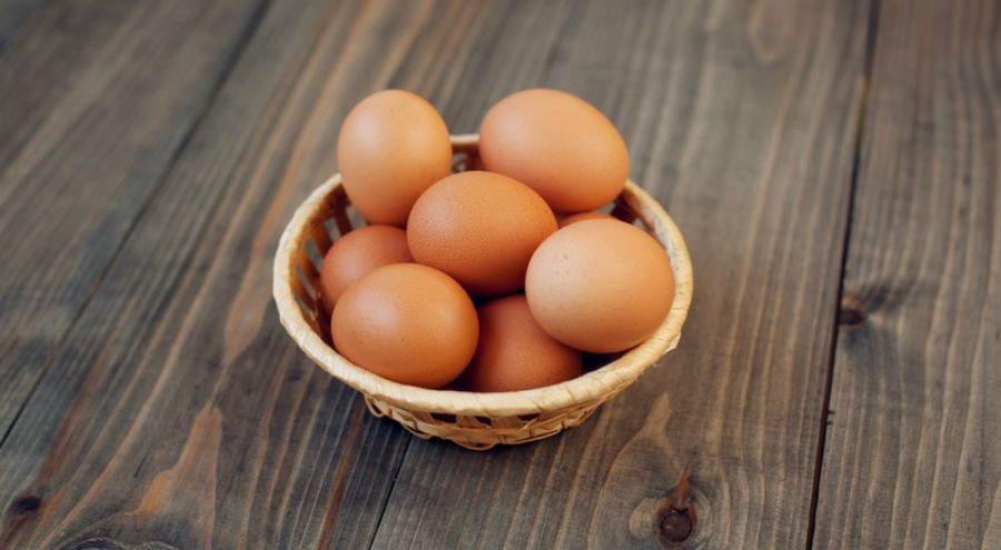 œuf frais dans un bol