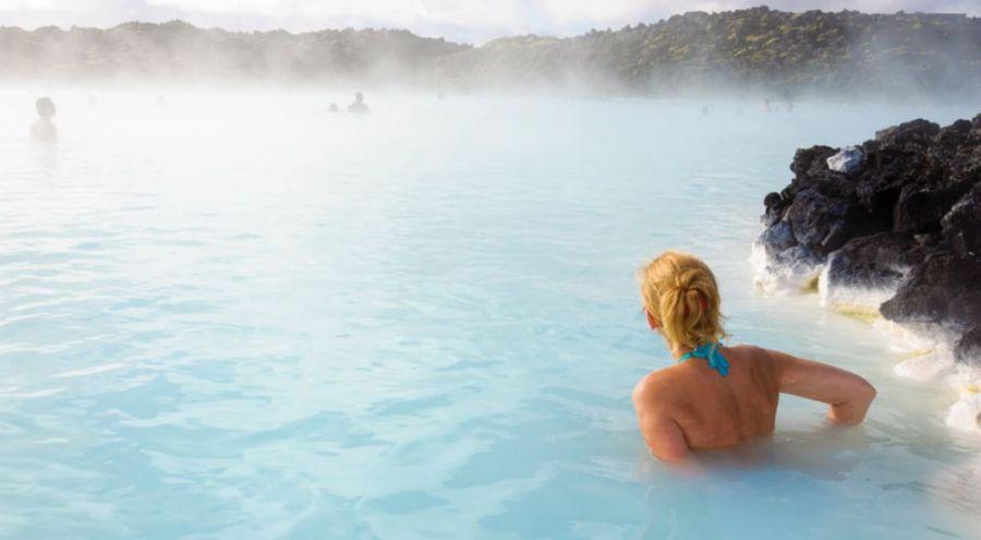 Femme qui se baigne dans un lagon