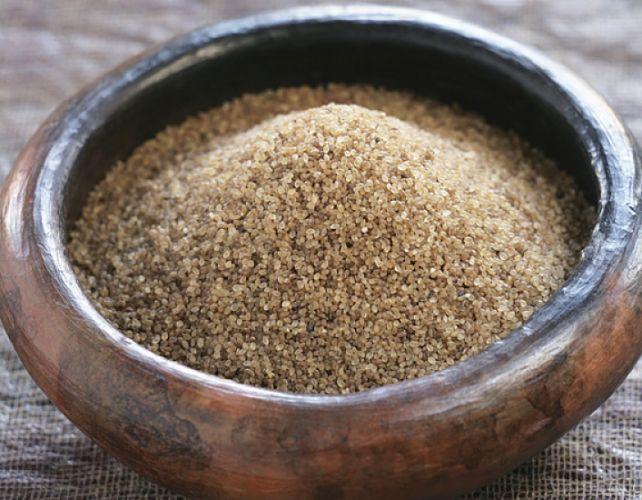 Bol en bois contenant des graines de folio