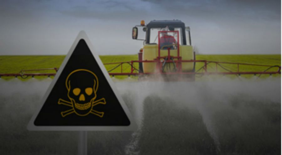 Épandage de pesticides toxiques dans un champ