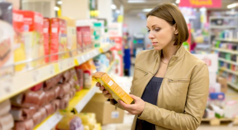 Femme regardant l'étiquette d'un produit