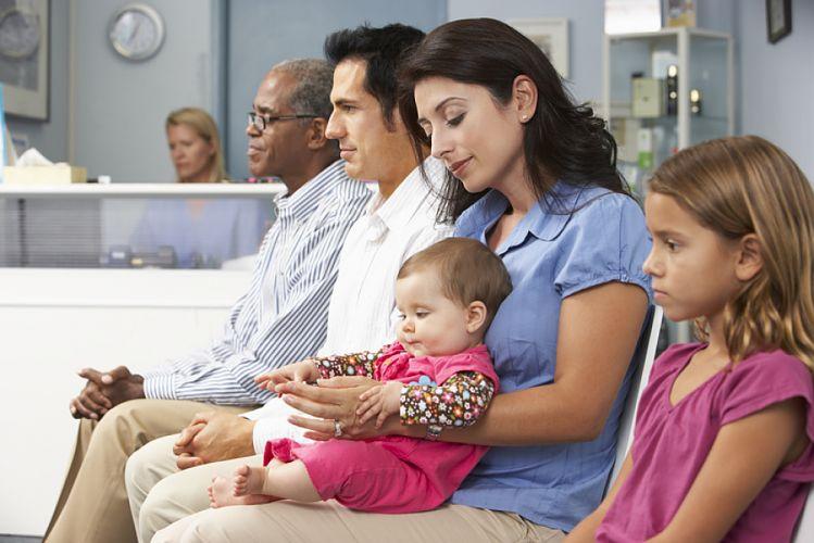 Famille assise dans une salle d'attente