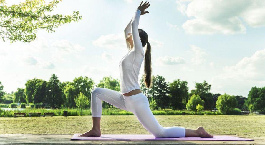 Femme exerçant le yoga en pleine nature