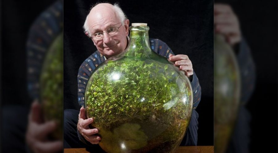 David Latiner avec entre les mains un jardin en verre