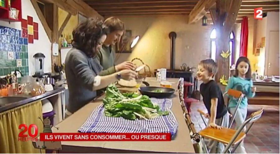 La famille, autour de Didier Hoeffelin, à table, devant leurs légumes du jardin.
