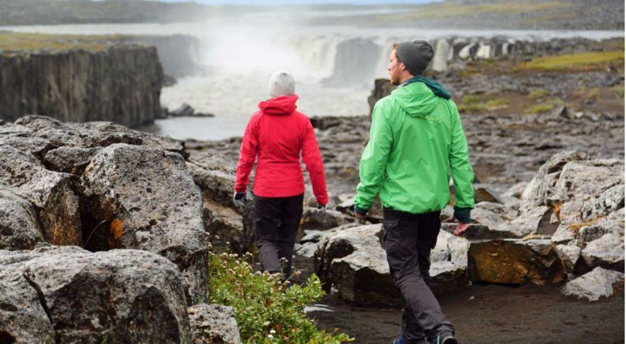 Des promeneurs en plaine nature avec des vestes bien flashy.