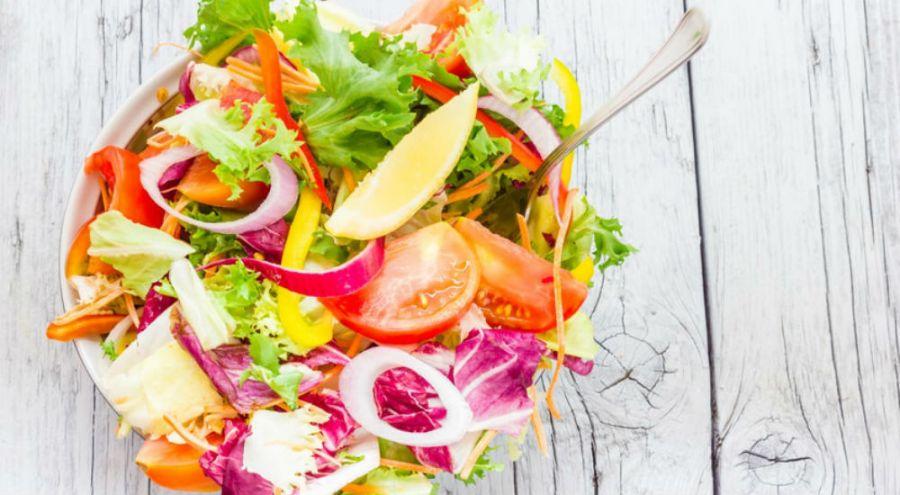 Une belle salade d'aliments crus dans un saladier