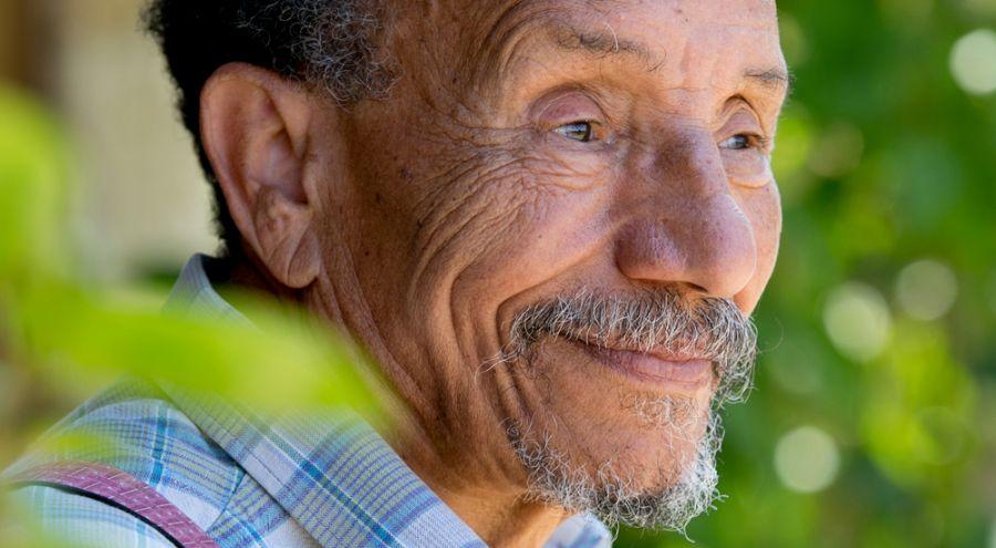 Pierre Rabhi, sourire aux lèvres, regarde l'avenir