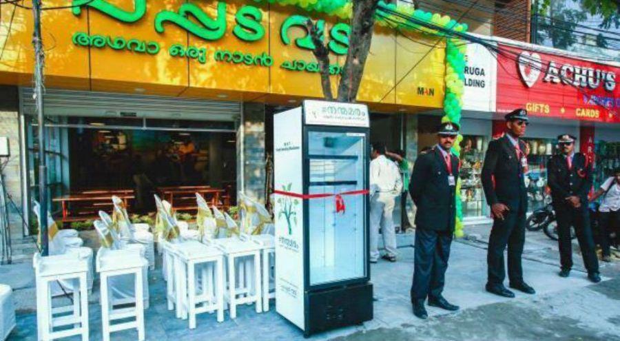 Frigo dans la rue devant un restaurant indien