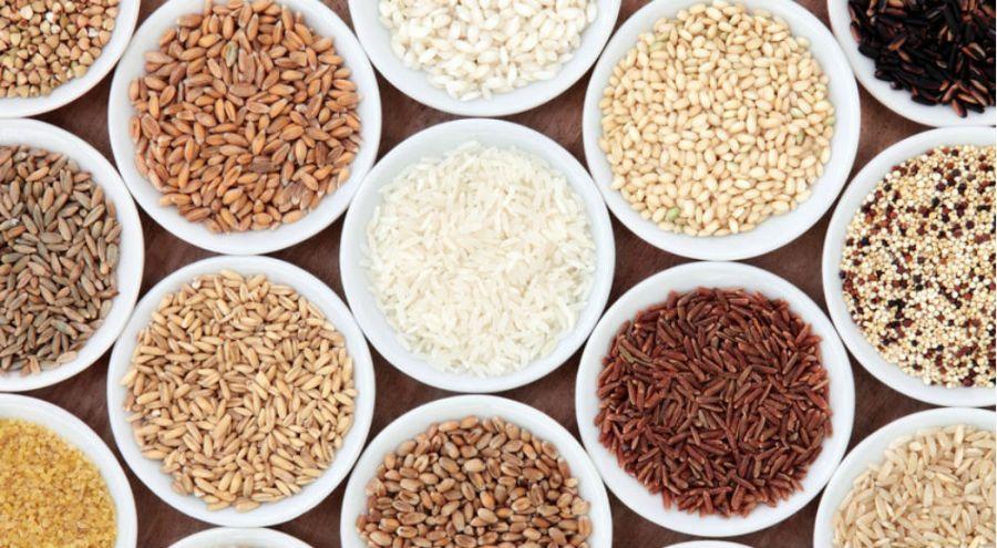 du riz, du blé, de l'orge et d'autres céréales dans des bols