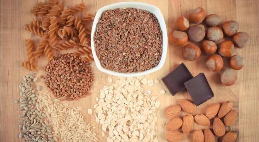 des noisettes, du riz, des pâtes, des aliments riches en fibre sur une table