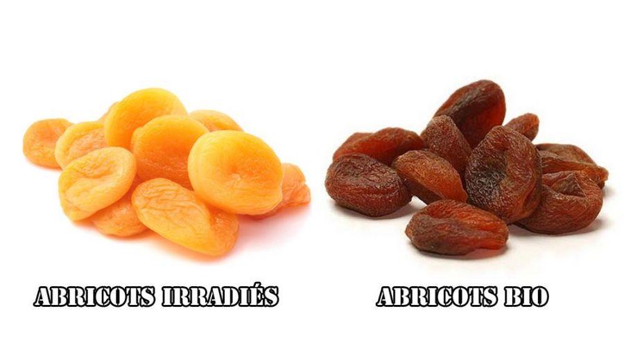 des abricots secs non bio de couleur orange mis à coté d'abricots secs bio de couleur brune
