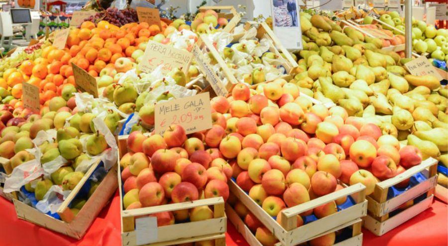 des fruits dans des cagettes au supermarché