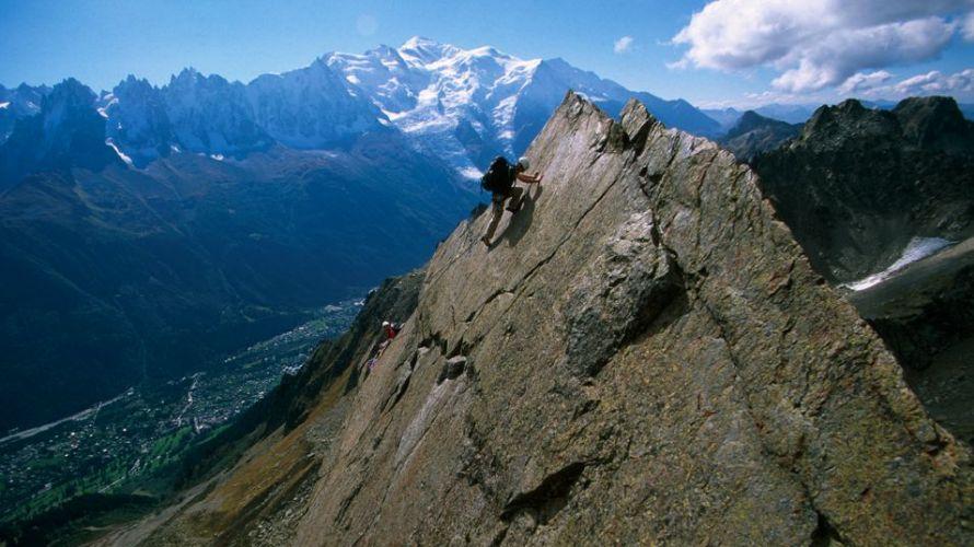 l'aventurier en train d'escalader un pic