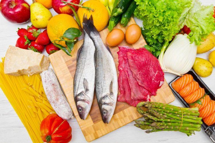 un assortiment de poisson, viande, légumes et oeufs