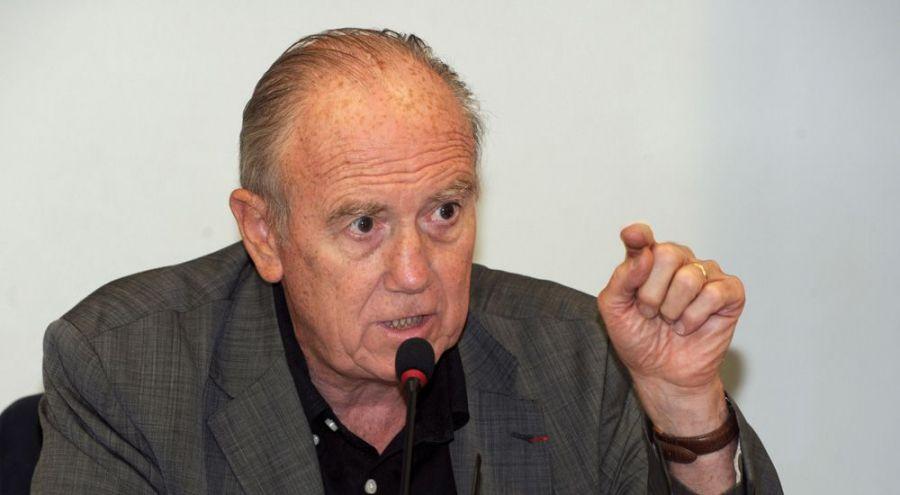 Henri Joyeux s'exprimant devant un micro