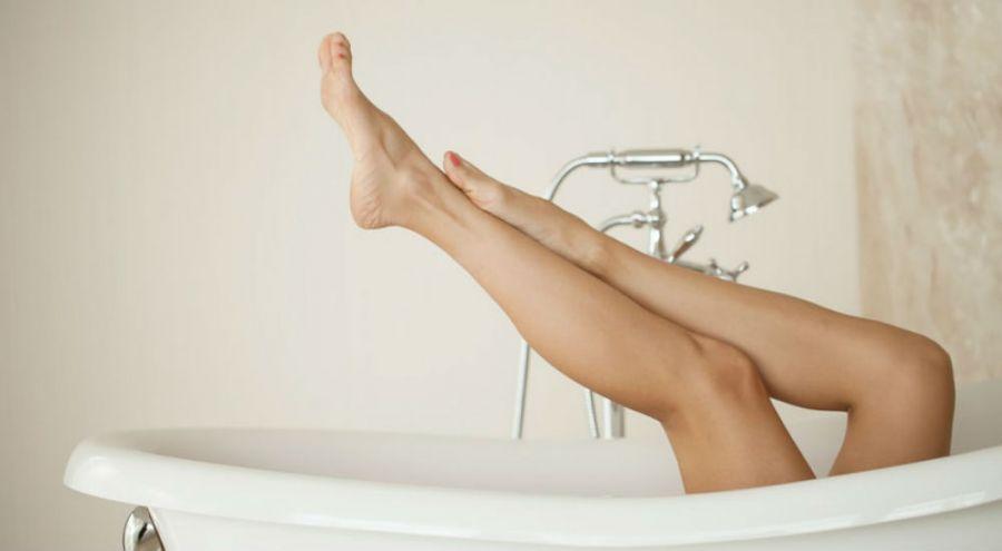des jambes de femme dans une baignoire