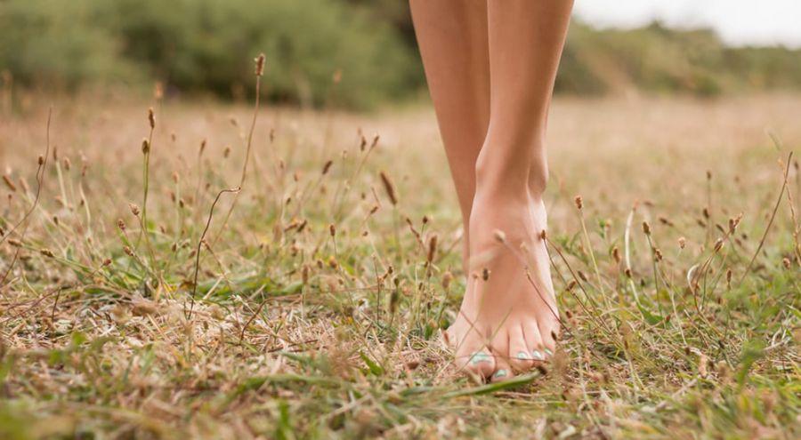 8 raisons de marcher pieds nus 5 minutes par jour bio la une. Black Bedroom Furniture Sets. Home Design Ideas